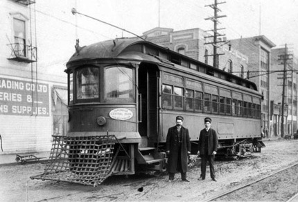 1902 年 Front Street 與 Begbie Street 交界處,曾是二埠(New Westminster)首個電車總站的所在。(New Westminster Museum and Archives)