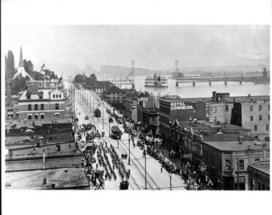1914 年二埠 Columbia Street 向東北可見當年之跨河火車橋。(New Westminster Museum and Archives)