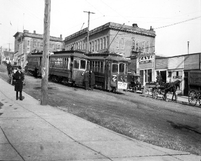 1912 年北溫 Lonsdale Avenue 與 Esplanade Avenue 交界,斜路上的電車和馬車。(Archives of North Vancouver)
