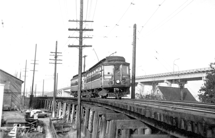 1950 年連接 Richmond 與溫哥華 Marpole 的 Interurban 菲沙河火車木橋。(City of Richmond Archives)